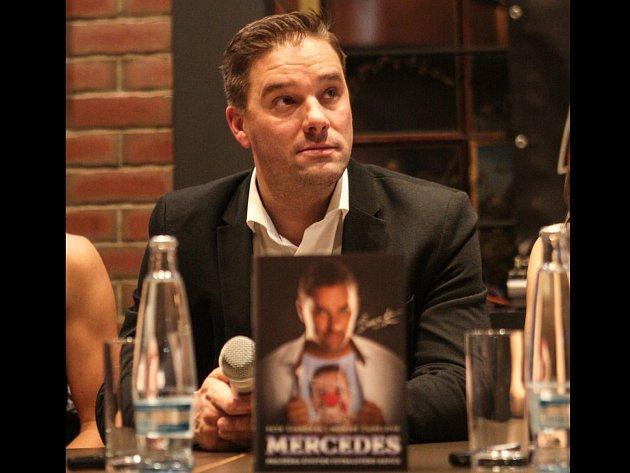 Autobiografickou knihu fotbalisty Petra Švancary pokřtila tenistka Lucie Šafářová a bývalý vynikající fotbalista Karel Jarůšek.