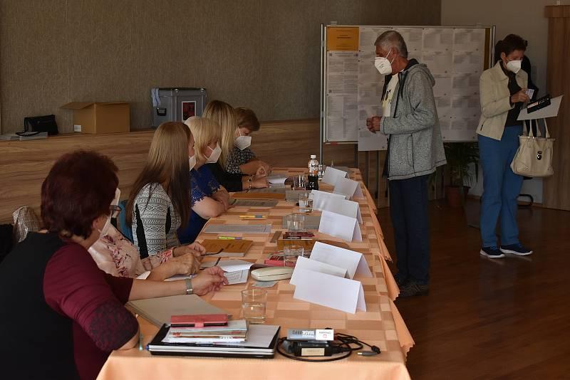 Volební místnosti v adamovském kulturním domě vzali lidé v pátek od druhé hodiny odpoledne útokem. V prvních minutách voleb do Poslanecké sněmovny tam bylo plno.