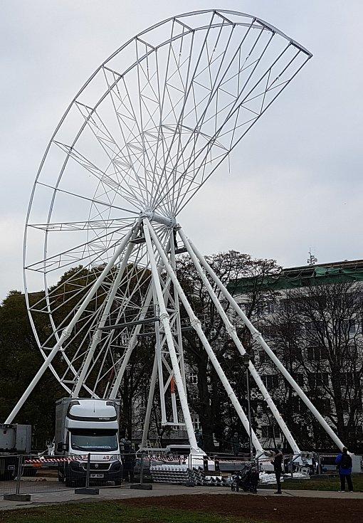 Stavba vyhlídkového kola na Moravském náměstí v Brně.
