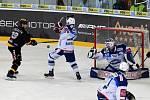 Domácí HC Kometa Brno v bílém (Tomáš Bartejs a Karel Vejmelka) proti HC Litvínov (Jakub Petružálek).