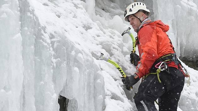 Výcvik hasičů HZS JMK na ledové stěně ve Víru na Vysočině.