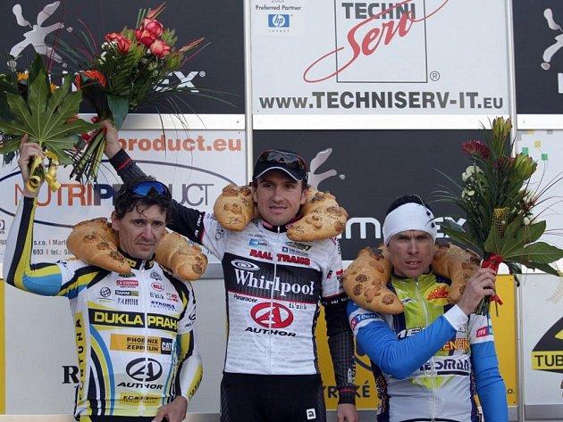 Vítězem úvodního závodu Českého poháru silniční cyklistiky, který se jel na trati Brno-Velká Bíteš-Brno, se stal Martin Mareš (uprostřed). Druhý dojel Milan Kadlec (vlevo) a třetí Slovák Roman Broniš.