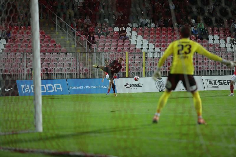 Brněnští fotbalisté (v červeném) porazili na domácím hřišti Viktorii Žižkov 2:1.