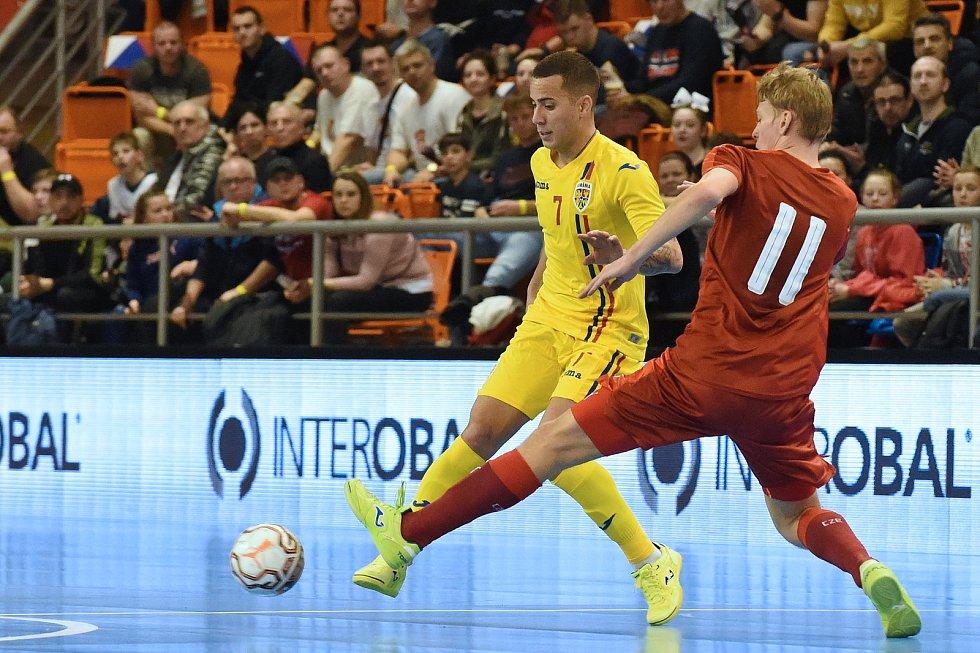 Brno 3.2.2020 - kvalifikační turnaj na futsalové MS 2020 - ČR Lukáš Křivánek (červená) Rumunsko Felipe Oliveira (žlutá)