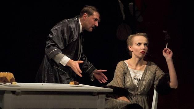Hra šesti aktovek. Chronologicky řazené výjevy s groteskním nádechem přibližují skoukromí Führerova života