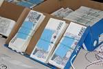 Při domovních prohlídkách kriminalisté objevili v gauči uložených 21 milionů korun a 8 tisíc amerických dolarů.