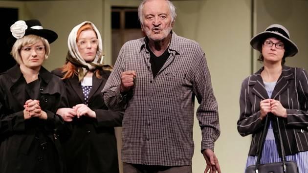 Milan Lasica si ve své nejnovější autorské inscenaci zahrál hlavní roli důchodce Miry.