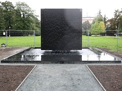 Památník obětem holocaustu v parku na náměstí 28. října.