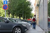 Ani značky zakazující stání nezabrání některým řidičům, aby nechali své auto odstavené na místě, kde stát nemá. Parkování na chodníku navíc musí povolit dopravní značka, která na jedné straně třídy Kapitána Jaroše chybí.