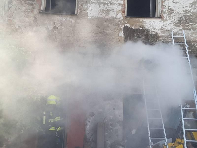 Požár odpadu u domu v brněnské ulici Rumiště ve čtvrti Trnitá.