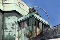 K hořící střeše hotelu na Zelném trhu dnes vyjížděli brněnští hasiči. Požár propukl krátce po poledni.