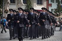 Mladí policisté v pátek na náměstí Svobody slavnostně složili slib. Na náměstí se rozdávala také ocenění.
