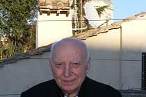 Kardinál Tomáš Špidlík na terase Centra Aletti. Za ním je kopule chrámu Santa Maria Maggiore.