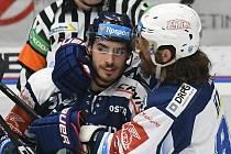 V souboji ofenzivních lídrů obou týmů má zatím navrch kanonýr Vítkovic Dominik Lakatoš (na snímku vlevo) nad Peter Muellerem (vpravo).