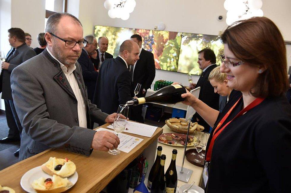 Zástupci Národního vinařského centra a hodnotící komise ve Valticích vyhlásili absolutního šampiona pro rok 2019.