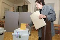 Volby na jihu Moravy začaly. První hlasovací lístky odevzdali lidé těsně po druhé hodině odpoledne, kdy se otevřely volební místnosti.