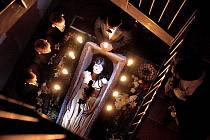 Režisér Petr Forman pojal hru Davida Drábka Vykřičené domy jako inscenační črtu se světlem a předmětem.