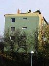Ve Vyškově se vlivem silného větru uvolnila střecha na jednom z bytových domů v Hybešově ulici. Zajistit ji vyjeli hasiči.