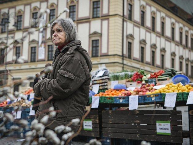 Ani proměnlivé počasí neodradilo zájemce od nákupu první den letošní trhové sezony na Zelném trhu. Několik stánkařů v úterý nabídlo kromě tradičního ovoce a zeleniny také sypané koření nebo bylinky v květináči.