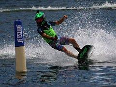 Jakub Kornfeil se prohání na svém oblíbeném jetsurfu.
