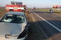 Na silnici mezi Hodonínem a Břeclaví u Moravské Nové Vsi se v úterý ráno střetla mladá řidička Toyoty Yaris s ženou za volantem Peugeotu 407. K vážné nehodě přiletěl i vrtulník letecké záchranné služby.