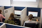 Studenty při experimentech oddělují vysouvací desky.