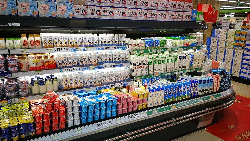 Čerstvé mléko a jogurty v čínském Chnegdu.