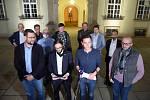Zástupci budoucí koalice na nádvoří Magistrátu města Brna - první řada zleva Jiří Nantl, Lukáš Dubec, Jan Grolich a František Lukl