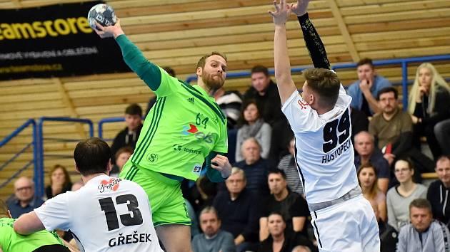 Házenkáři Maloměřic (na snímku v zeleném dresu) se musí pro nadcházející ročník obejít bez služeb Pavla Mrnuštíka.