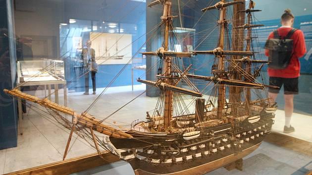 Výstava Čas rytířů dalekých moří v brněském Anthroposu.