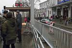 Před hlavním nádražím přibylo v prosinci 2017 zábradlí. Chodci musí k tramvajím podchodem nebo po přechodu u pošty.