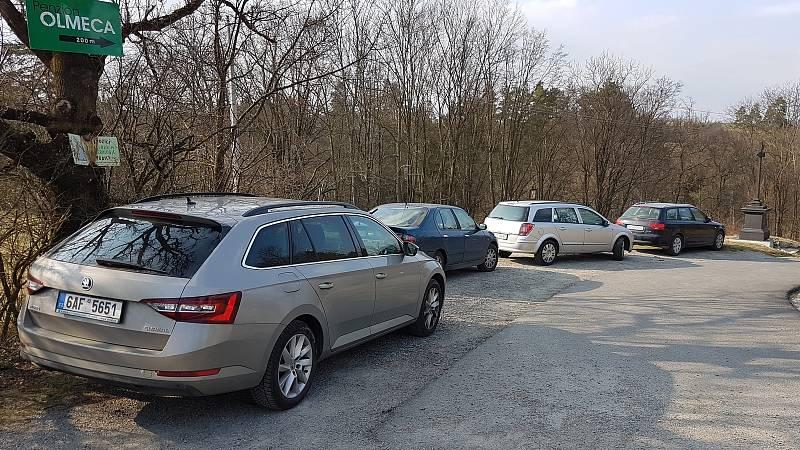 29.3.2020 okolí Brna - víkend v době nouzového stavu a omezeného vycházení - parkování u Rudického propadání