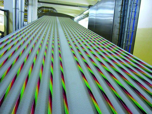 Výroba pendreků vCandy Plus, vyžaduje precizní seřízení strojů. Ato je práce, kterou Lukáš Krištofík dobře umí.