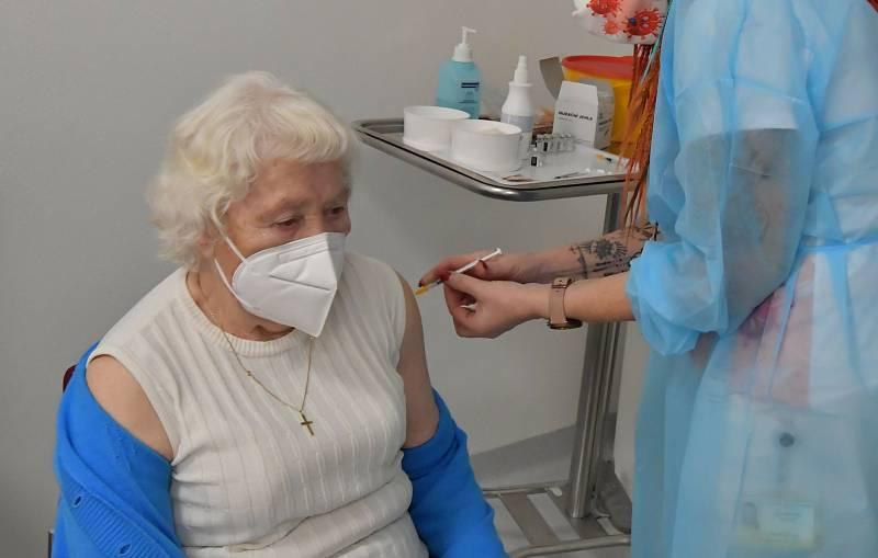 Židenické důchodce naočkovali vakcínou Pfizer/BioNTech ve Vojenské nemocnici.