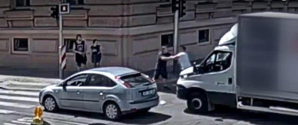 Oba řidiči se na křižovatce drželi a prali.