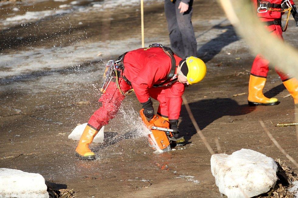 Vodohospodáři odstřelovali ledové kry i v pondělí. Voda už nehrozí vylitím z koryta.
