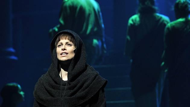 Hana Holišová získala Cenu Thálie 2012 za ztvárnění titulní role v muzikálu Papežka.