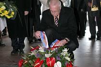 Prezident Václav Klaus klade věnec v Památníku Mohyla míru.