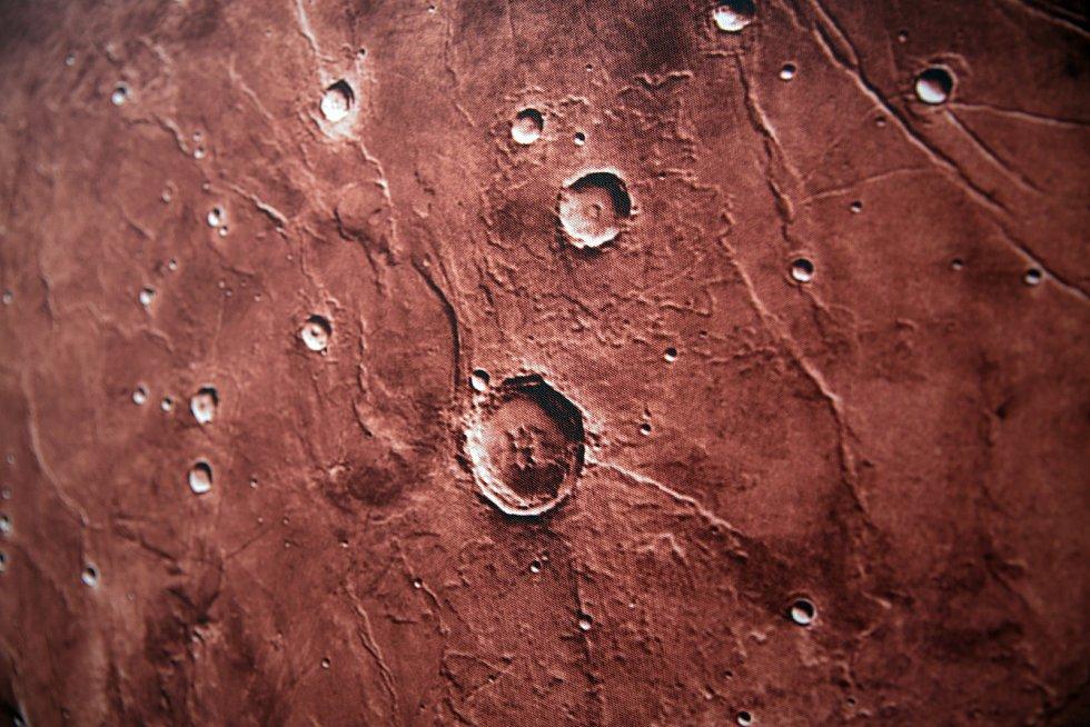 Tým brněnské hvězdárny a skupina Visuálové nafouknuli impozantní model planety Mars.