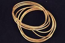 Zlaté předměty vystavené na Špilberku.