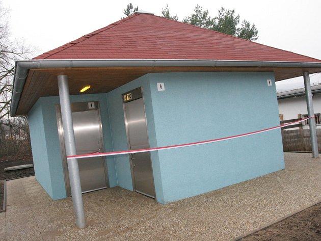 Nový moderní záchod, slavnostně otevřený primátorem Romanem Onderkou