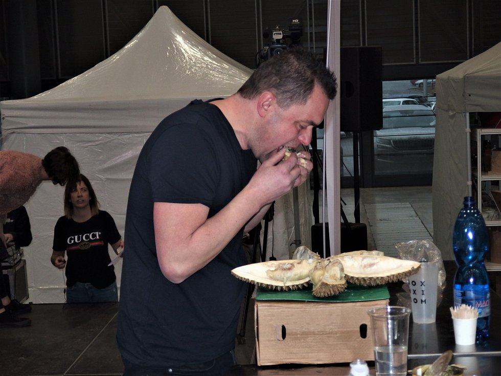 Maxijedlík Jaroslav Němec snědl tři nejsmradlvější jídla planety.