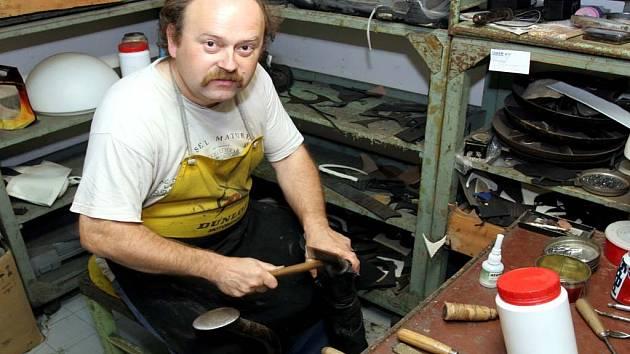 Pavel Král spravuje boty v centru Brna už třetím rokem.