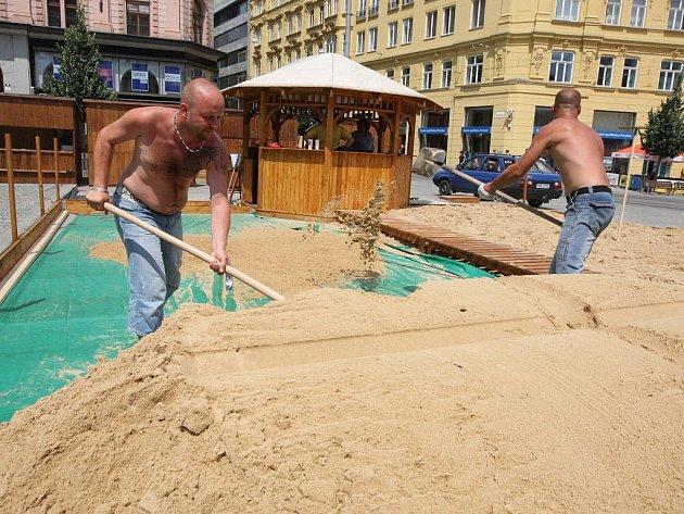 Dělníci ve čtvrtek dokončovali přípravu pláže na náměstí Svobody.