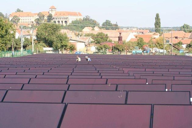 Pohled na budování solární elektrárny.