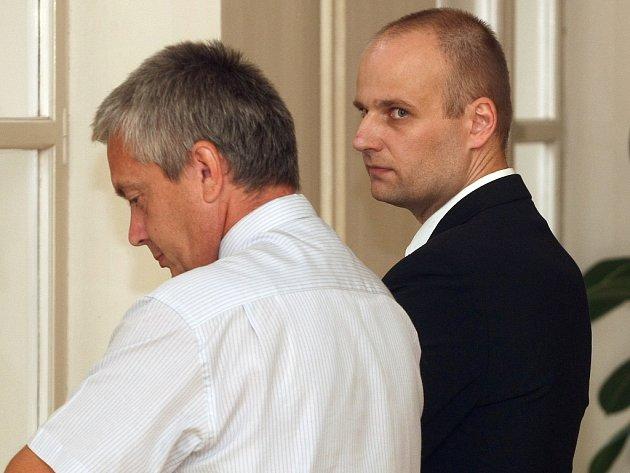 Pavel Moravec (vpravo) u Krajského soudu v Brně.