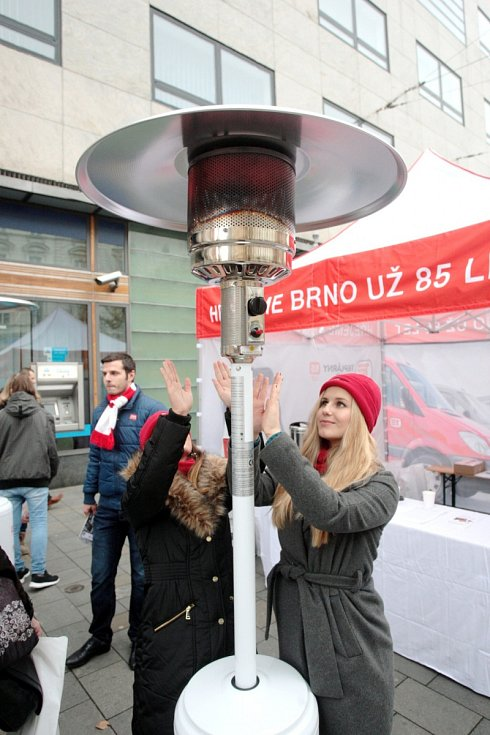 Zahřát se na zastávkách v centru města u plynových ohřívačů, dát si hrnek horkého čaje a vyhrát drobný dárek. To mohou lidé od pátku čtvrtého až do čtvrtka sedmnáctého prosince na informačních stáncích Brněnských tepláren.