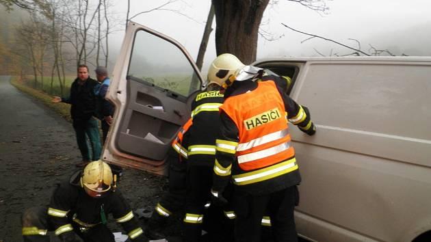 Dodávka narazila do stromu v pátek krátce po sedmé hodině ranní u Tetčic na Brněnsku. Po nárazu zůstal ve zdemolované kabině zaklíněný osmatřicetiletý řidič. Vyprostili ho hasiči.