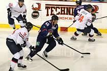 Hráči ruského celku Torpedo Nižnij Novgorod (v tmavém) zakončili kemp v Brně porážkou 1:2 v hale za Lužánkami s jiným účastníkem Kontinentální hokejové ligy Slovanem Bratislava.