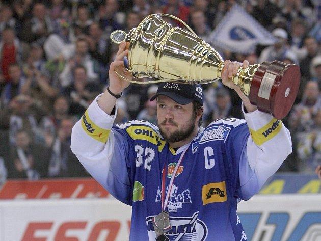 Kapitán brněnské Komety Radim Bičánek s trofejí pro vicemistra hokejové extraligy.